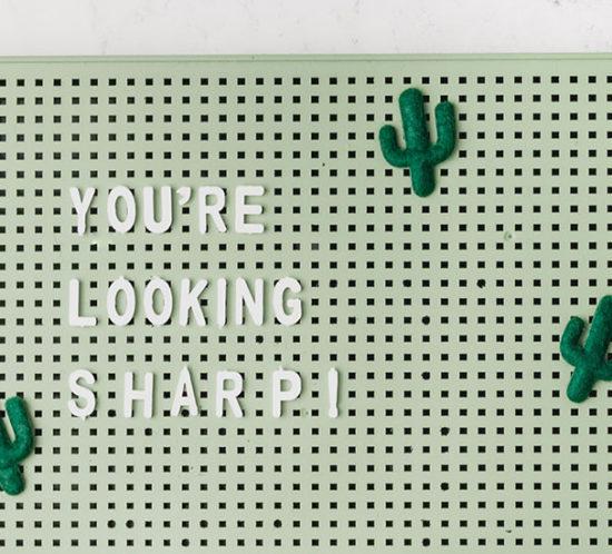 """Ein grünes Pegboard mit der Aufschrift You're looking sharp!"""""""