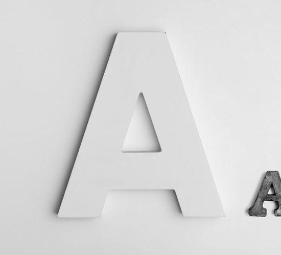 """Der Buchstabe """"A"""" in zwei verschiedenen Schriftgrößen."""